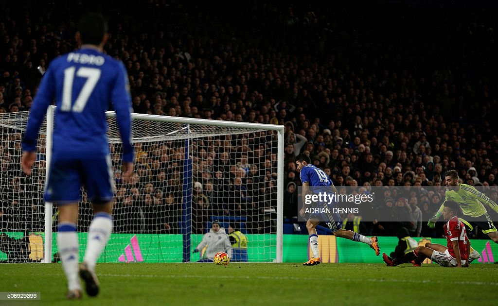 Chelsea's Brazilian-born Spanish striker Diego Costa (C) rounds the Manchester United's Spanish goalkeeper David de Gea (R) to score during the English Premier League football match between Chelsea and Manchester United at Stamford Bridge in London on February 7, 2016. / AFP / ADRIAN DENNIS / RESTRICTED TO EDITORIAL USE. No use with unauthorized audio, video, data, fixture lists, club/league logos or 'live' services. Online in-match use limited to 75 images, no video emulation. No use in betting, games or single club/league/player publications. /