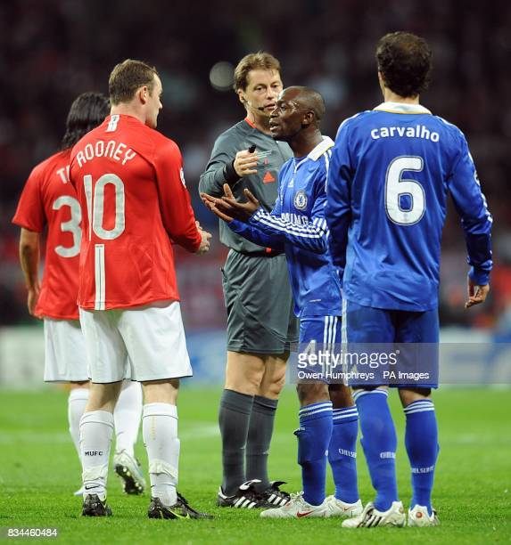 Chelsea's Claude Makelele has words with Manchester United's Wayne Rooney
