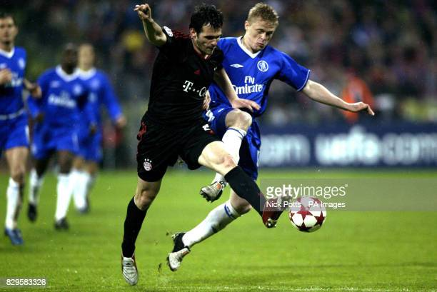 Chelsea's Damien Duff tussles with Bayern Munich's Willy Sagnol for the ball