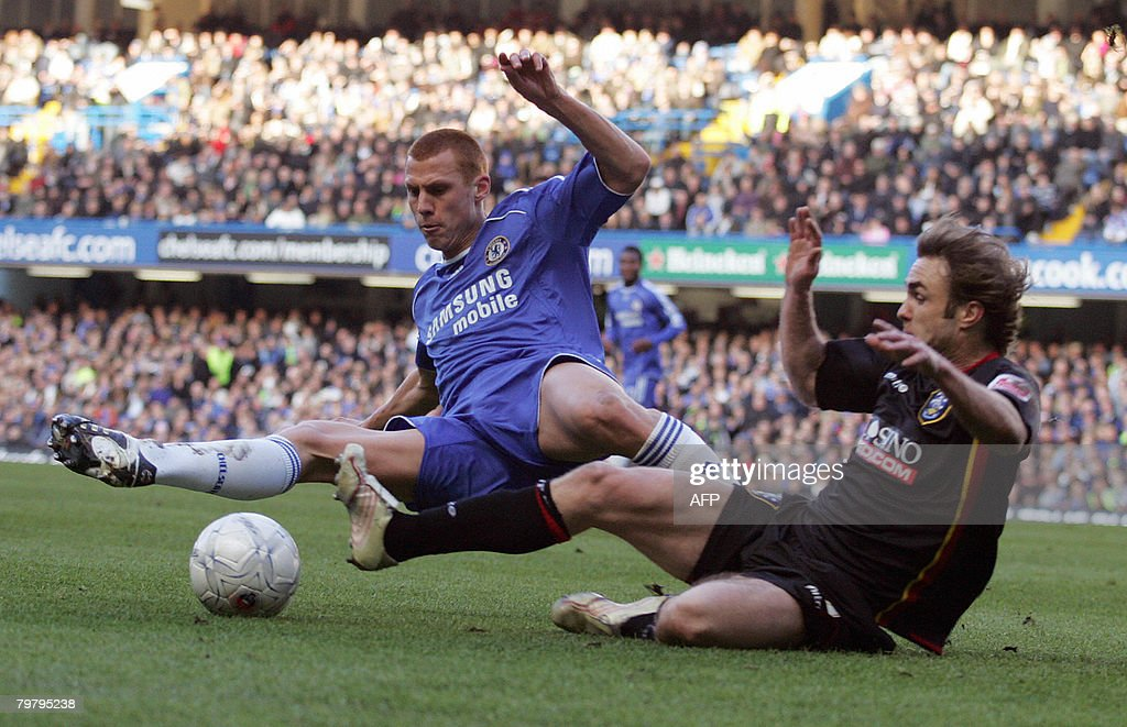 Chelsea's english footballer Steve Sidwell (L) vies with Huddersfield footballer Chris Brandon (R) during their fifth round FA Cup at Stamford Bridge in London, England, on February 16, 2008. AFP PHOTO/GLYN KIRK Mobile and website use of domestic English football pictures are subject to obtaining a Photographic End User Licence from Football DataCo Ltd Tel : +44 (0) 207 864 9121 or e-mail accreditations@football-dataco.com - applies to Premier and Football League matches