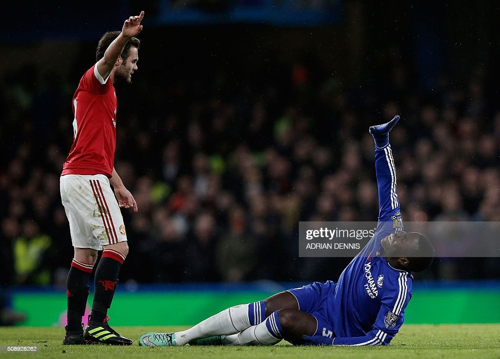 Chelsea's French defender Kurt Zouma (R) clutches his knee in pain during the English Premier League football match between Chelsea and Manchester United at Stamford Bridge in London on February 7, 2016. / AFP / ADRIAN DENNIS / RESTRICTED TO EDITORIAL USE. No use with unauthorized audio, video, data, fixture lists, club/league logos or 'live' services. Online in-match use limited to 75 images, no video emulation. No use in betting, games or single club/league/player publications. /