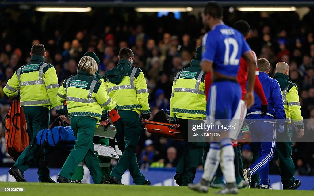 Chelsea's French defender Kurt Zouma leaves the pitch on a stretcher during the English Premier League football match between Chelsea and Manchester United at Stamford Bridge in London on February 7, 2016. / AFP / IAN KINGTON / RESTRICTED TO EDITORIAL USE. No use with unauthorized audio, video, data, fixture lists, club/league logos or 'live' services. Online in-match use limited to 75 images, no video emulation. No use in betting, games or single club/league/player publications. /