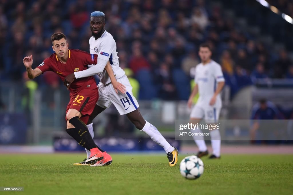 Chelsea's French midfielder Tiemoue Bakayoko (R) fights for the ball with Roma's Italian striker Stephan El Shaarawy during the UEFA Champions League football match AS Roma vs Chelsea on October 31, 2017 at the Olympic Stadium in Rome. / AFP PHOTO / Filippo MONTEFORTE