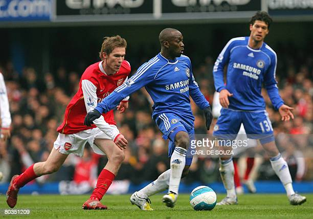 Chelsea's French player Claude Makelele vies with Arsenal's Belarussian player Aliaksandr Hleb as team mate German player Michael Ballack looks on...