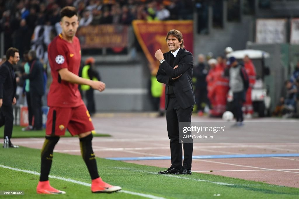 Chelsea's Italian head coach Antonio Conte reacts during the UEFA Champions League football match AS Roma vs Chelsea on October 31, 2017 at the Olympic Stadium in Rome. / AFP PHOTO / Alberto PIZZOLI
