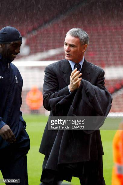 Chelsea's Jimmy Floyd Hasselbaink chats with his manager Claudio Ranieri