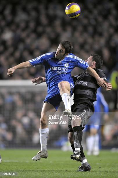 Chelsea's Joe Cole and Reading's Graeme Murty battle for the ball