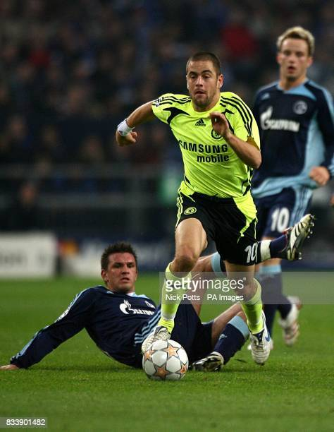 Chelsea's Joe Cole gets away from Schalke 04's Zlatan Bajramovic