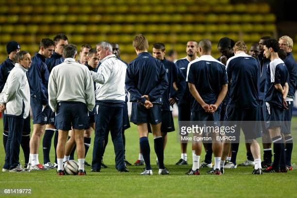 Chelsea's manager Claudio Ranieri talks to his players during training
