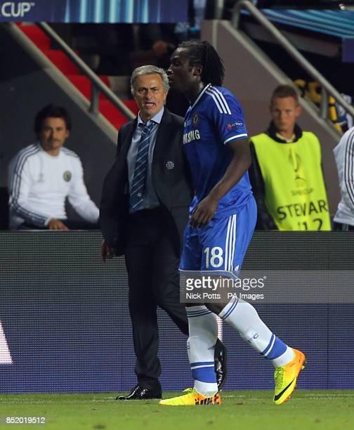 Chelsea's manager Jose Mourinho gives instructions to Romelu Lukaku
