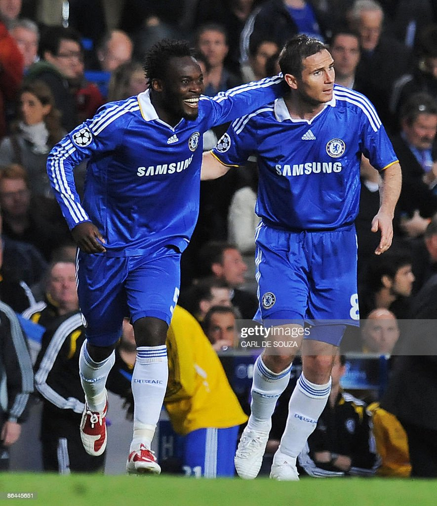 Chelsea s Michael Essien L and teammat