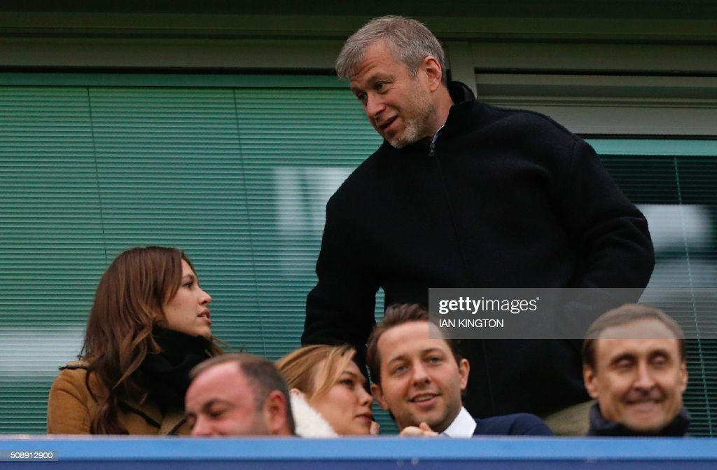 Chelsea's Russian owner Roman Abramovich (R) arrives with his partner Dasha Zhukova for the English Premier League football match between Chelsea and Manchester United at Stamford Bridge in London on February 7, 2016. / AFP / Ian Kington / RESTRICTED TO EDITORIAL USE. No use with unauthorized audio, video, data, fixture lists, club/league logos or 'live' services. Online in-match use limited to 75 images, no video emulation. No use in betting, games or single club/league/player publications. /