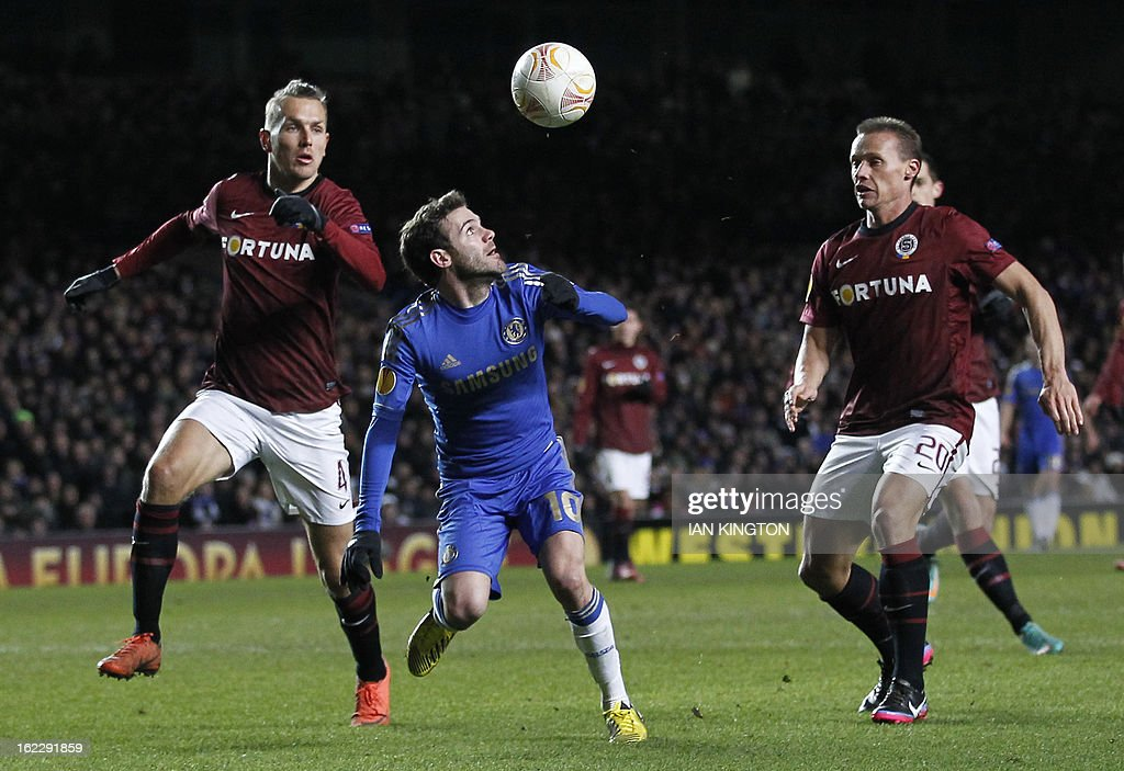 Chelsea's Spanish midfielder Juan Mata (2nd L) vies with Sparta Prague's Czech defender Ondrej Svejdik (L) and Sparta Prague's Czech defender Tomas Zapotocny (R) during the UEFA Europa League round of 32 football match between Chelsea and Sparta Prague in London on February 21, 2013. The game finished 1-1, Chelsea winning the tie 2-1. AFP PHOTO/IAN KINGTON