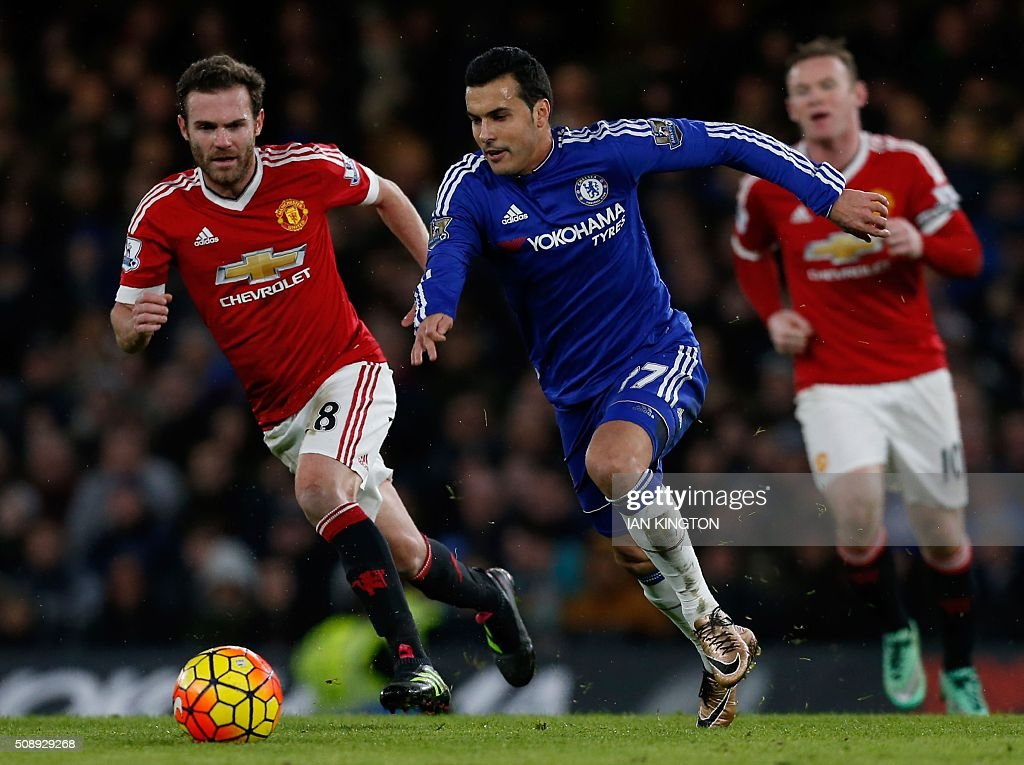 Chelsea's Spanish midfielder Pedro (C) runs past Manchester United's Spanish midfielder Juan Mata during the English Premier League football match between Chelsea and Manchester United at Stamford Bridge in London on February 7, 2016. / AFP / Ian Kington / RESTRICTED TO EDITORIAL USE. No use with unauthorized audio, video, data, fixture lists, club/league logos or 'live' services. Online in-match use limited to 75 images, no video emulation. No use in betting, games or single club/league/player publications. /