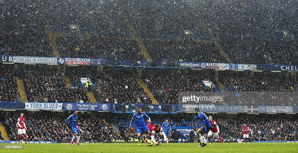 """Chelsea's Spanish striker Fernando Torres (C) vies for the ball against Arsenal's Welsh midfielder Aaron Ramsey (centre R) during the English Premier League football match between Chelsea and Arsenal at Stamford Bridge in London on January 20, 2013. Chelsea won the game 2-1. USE. No use with unauthorized audio, video, data, fixture lists, club/league logos or """"live"""" services. Online in-match use limited to 45 images, no video emulation. No use in betting, games or single club/league/player publications."""