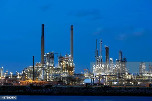 化学プラント照明付き夕暮れ時に、オランダ