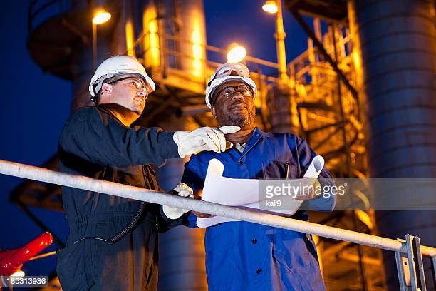 Chemiefabrik Arbeitnehmer bei Nacht