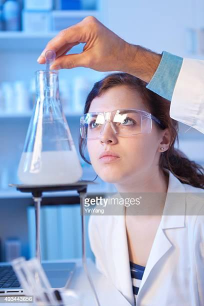 Chemie Schüler und Lehrer Arbeiten im Labor
