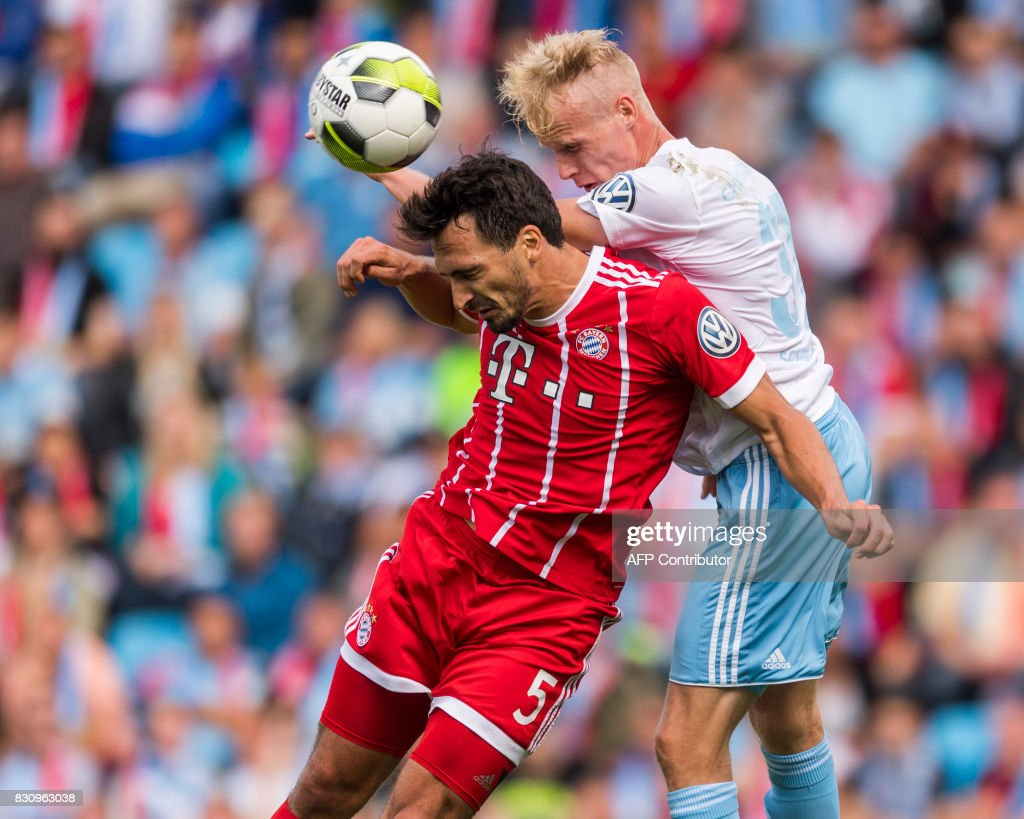 Chemnitz's Tom Scheffel (R) and Munich's defender Mats Hummels vie for the ball during the German football Cup DFB Pokal first round match between German third division football club Chemnitzer FC and German first division football club FC Bayern Munich in Chemnitz eastern Germany, on August 12, 2017.
