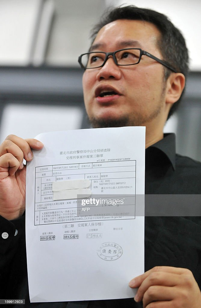 Chen Ching-hsueh displays his reported threat to the police during a press conference in Taipei on January 23, 2013. Chen and his partner Kao Chih-wei filed an appeal with an administrative court against a government agency that turned them away when they tried to register their marriage in 2011. AFP PHOTO / Mandy CHENG