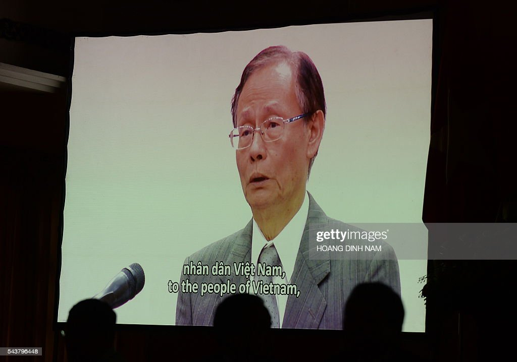 Chen Yuan Cheng, chairman of Formosa Ha Tinh Steel Corp, delivers an apology in a video clip projected during a press conference announcing the reason of the recent mass fish deaths in central Vietnam, in Hanoi on June 30, 2016. A Taiwanese steel mill has agreed to pay 500 million USD compensation for discharging pollution that decimated Vietnam's fishing industry in several central provinces this year, officials said on June 30. / AFP / HOANG