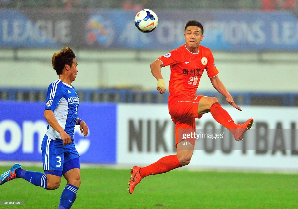 Chen Zijie (R) of China's Guizhou Renhe tussles for the ball against Jeong Dong-ho of South Korea's Ulsan Hyundai during their AFC Champions League group H first round match at the Guiyang Olympic Centre Stadium, in Guiyang, Guizhou province on April 1, 2014. Renhe beat Ulsan 3-1. CHINA