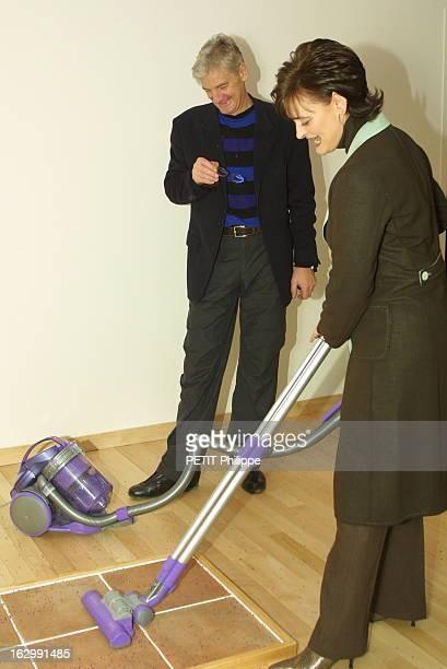 Cherie Blair Visiting Paris To Promote English Products Cherrie BLAIR en visite dans le ShowRoom Dyson à PARIS dans une pièce Cherie testant un...