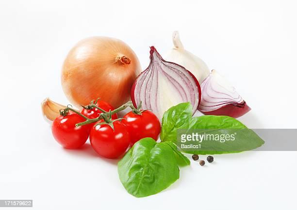 Tomates cerises et du basilic, de l'oignon, ail et piment