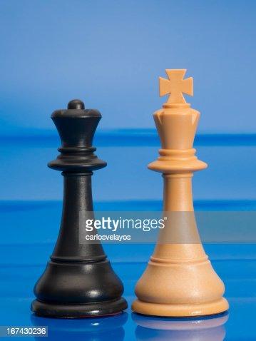 Chessmen sobre azul : Foto de stock