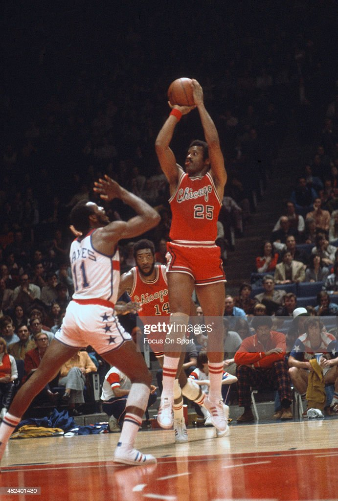 Chet Walker of the Chicago Bulls shoots over Elvin Hayes of the Capital Bullets during an NBA basketball game circa 1974 at the Capital Centre in...
