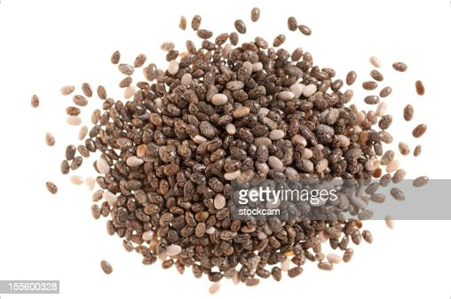 Tas de graines de chia sur blanc