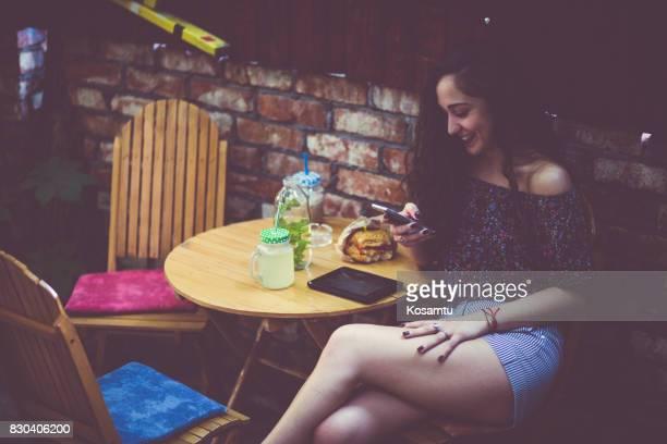 Chique Girl surfen op het Net Over snelle Lunch