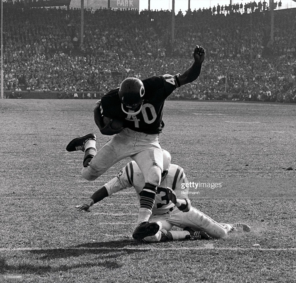 Chicago Bears HB Gale Sayers (40) eludes tackle of Baltimore Colts DB Lenny Lyles and runs 10 yards to touchdown during the fourth quarter of the game here 10/9. Bears won game 27-17.