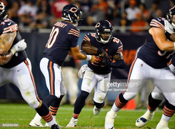 Chicago Bears quarterback Mitchell Trubisky hands the ball to Chicago Bears running back Ka'Deem Carey during the preseason game between the Denver...