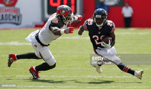 Chicago Bears running back Tarik Cohen makes a reception against Tampa Bay Buccaneers inside linebacker Kendell Beckwith in the first quarter on...