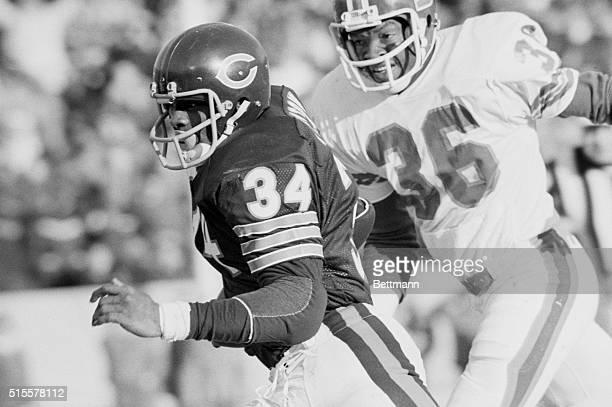 Chicago Bears running back Walter Payton gets past Denver Broncos cornerback Bill Thompson