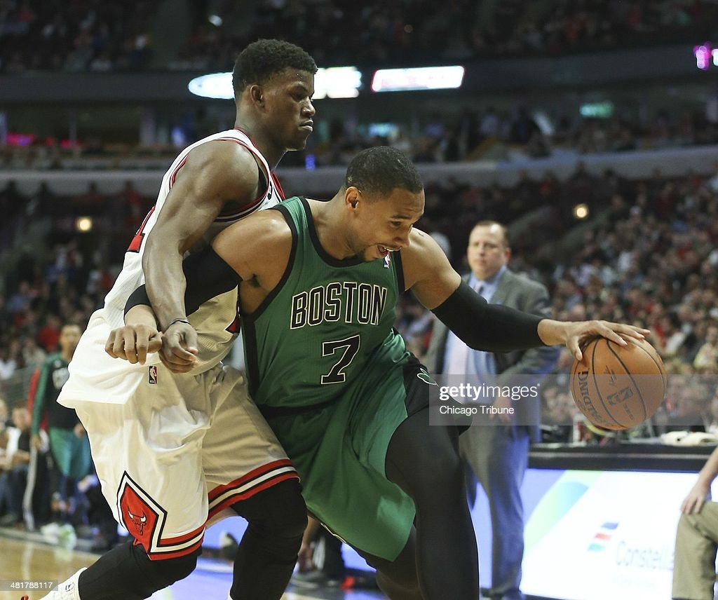Chicago Bulls guard <a gi-track='captionPersonalityLinkClicked' href=/galleries/search?phrase=Jimmy+Butler+-+Basketspelare&family=editorial&specificpeople=9860567 ng-click='$event.stopPropagation()'>Jimmy Butler</a> (21) defends against Boston Celtics center Jared Sullinger (7) during the second half at the United Center in Chicago on Monday, March 31, 2014.