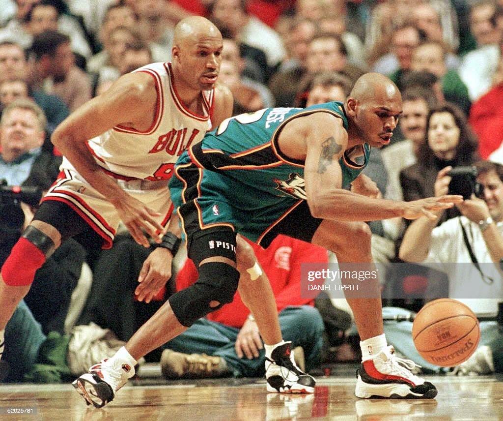 Chicago Bulls guard Ron Harper L applies the pre