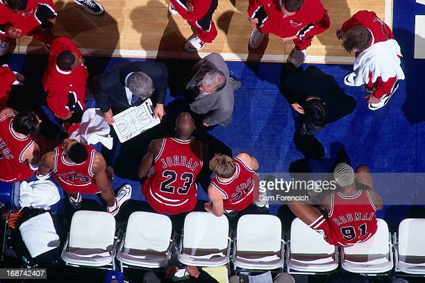 Chicago Bulls head coach Phil Jackson diagrams a play in the huddle against the Golden State Warriors circa 1996 at the OaklandAlameda County...