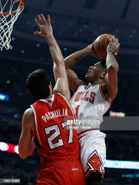 Chicago Bulls point guard Derrick Rose drives to the basket against Atlanta Hawks center Zaza Pachulia during the first half of their game at the...