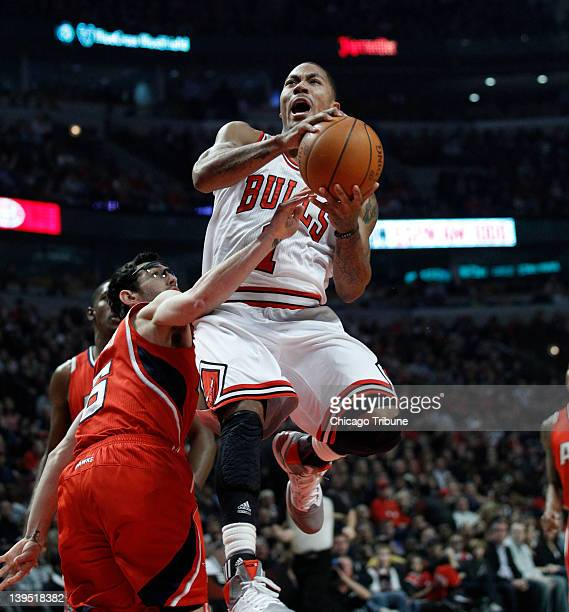 Chicago Bulls point guard Derrick Rose drives to the basket past Atlanta Hawks guard Kirk Hinrich during the first half of their game at the United...