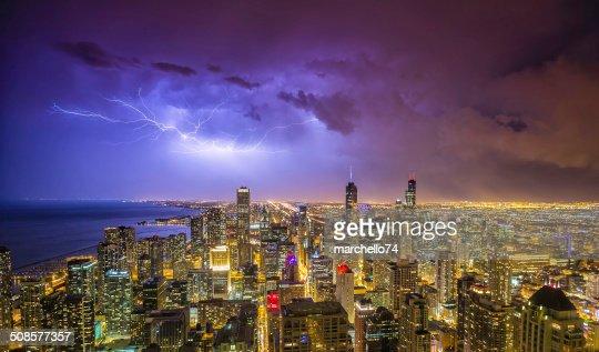 panorama di notte di Chicago downtown durante temporale : Foto stock