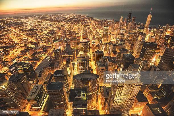 シカゴのダウンタウンの夜の空からの眺め