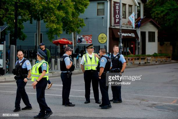 Chicago Police officers stands along the route of the Chicago Marathon on October 8 2017 in Chicago Illinois / AFP PHOTO / Joshua Lott