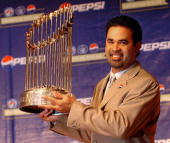 Chicago White Sox manager Venezuelan Ozzie Guillen poses with the 2005 World Series trophy in a press conference in Caracas 04 November 2005 Guillen...