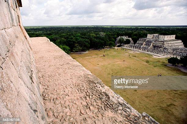 Chichén Itzá Yucatán State Mexico December 22 2004 The temple of the Warriors is seen from El Castillo El Castillo is a Mesoamerican steppyramid that...