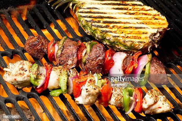 Poulet et de bœuf grillé, des Shish Kebabs avec de l'ananas