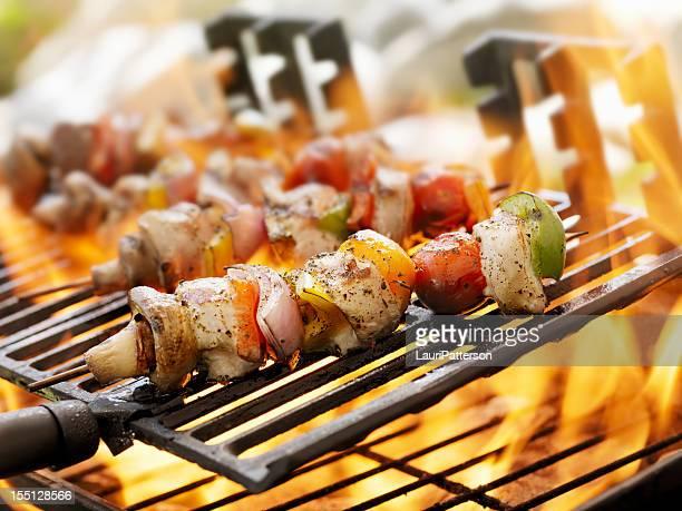 Kebabs au poulet et aux légumes sur un barbecue en plein air