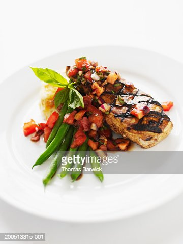 Chicken breast with green beans, heirloom tomatoes and potato cake : Stockfoto