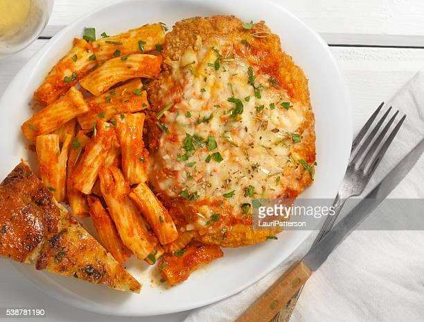 Pollo con queso parmesano con Rigatoni y salsa de tomate